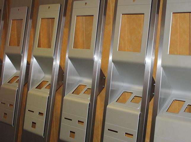 Postipakiautomaatide konsoolide esipaneelid, anodeeritud alumiinium